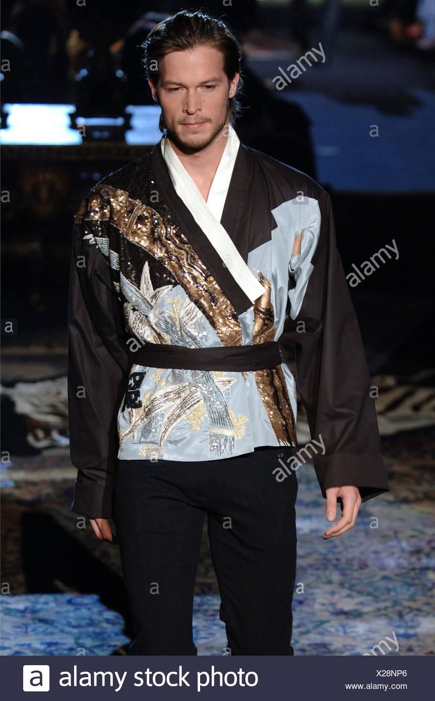 Vêtements pour homme Roberto Cavalli W Milan un homme blond foncé peignés  cheveux retour portant un collier noir blanc chemise style kimono japonais 00e34ec0fd0c