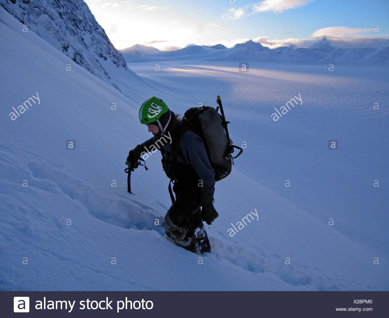 Un grimpeur monte Peril Peak, dans l'Alaska, Chugach State Park Photo Stock
