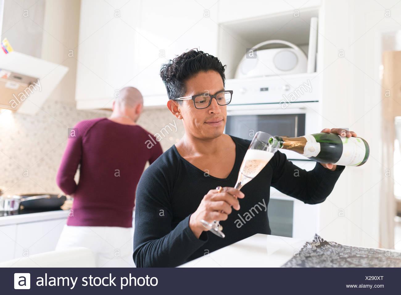 La Norvège, en couple dans la cuisine domestique Photo Stock
