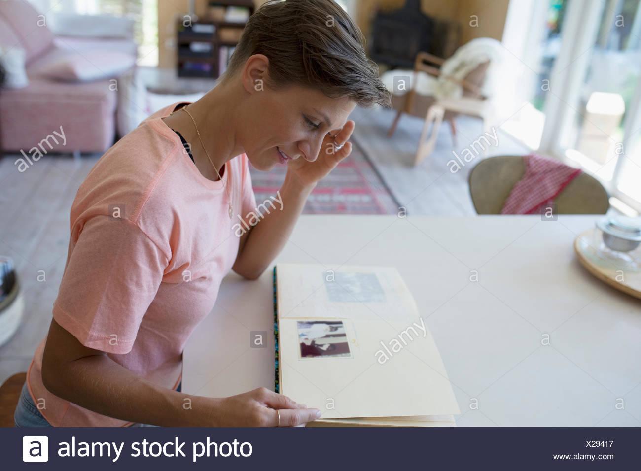 Album de photographies anciennes avec à table à manger Photo Stock