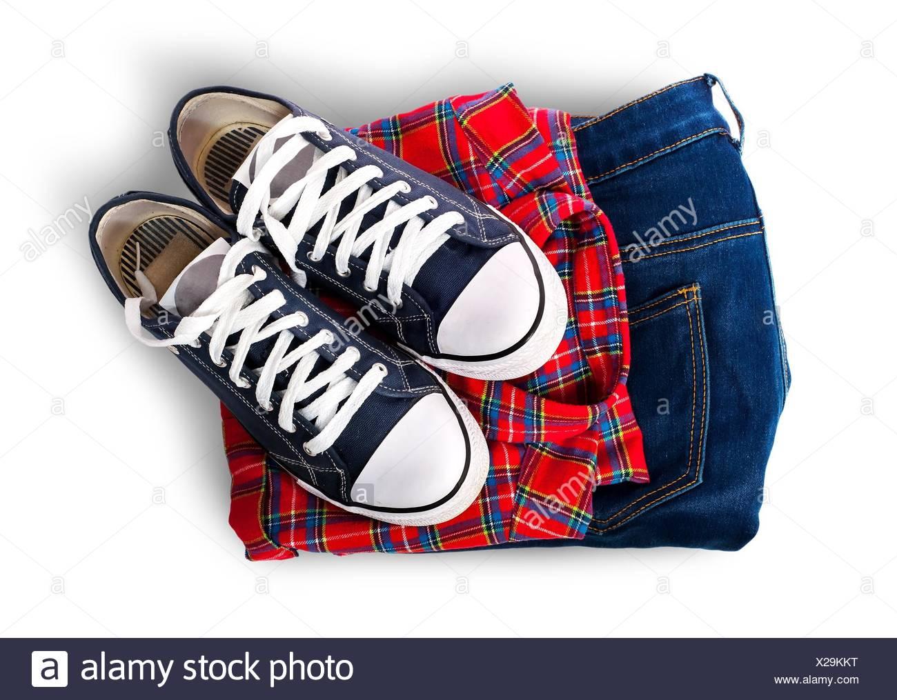 Jeans et chemise sport chaussures isolé sur fond blanc. Photo Stock