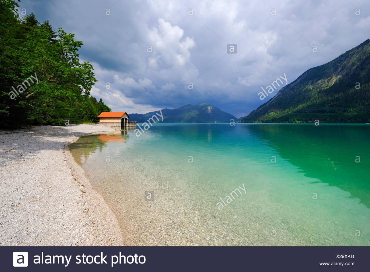 Bateaux sur le lac Walchensee, Mt. Jochberg sur l'horizon, district de Bad Toelz-Wolfratshausen, Bavaria, Germany, Europe Photo Stock