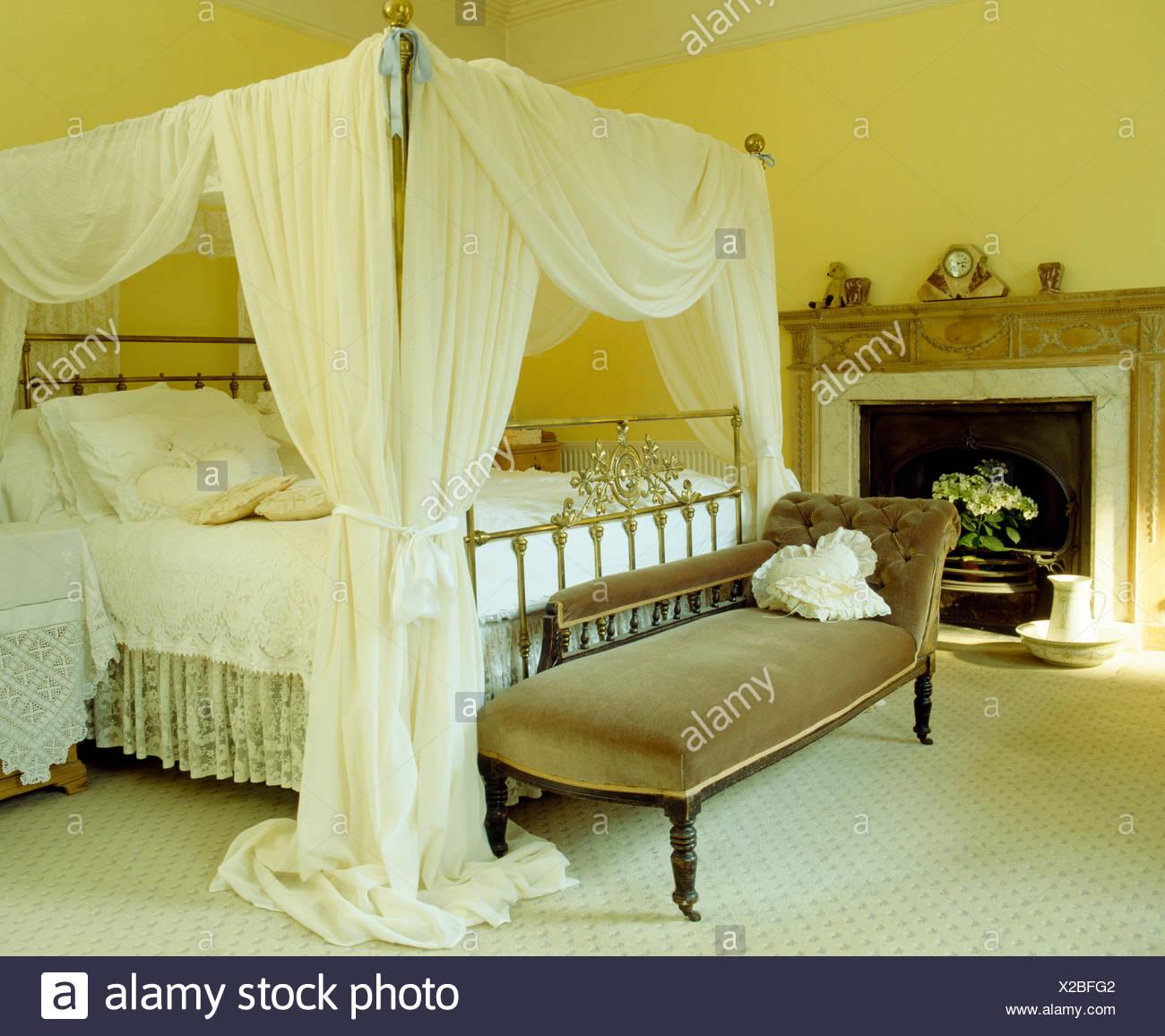 Rideaux Voile Blanc Sur Lit à Baldaquin Dans La Chambre Jaune Avec La  Chaise Longue En Velours Et Tapis Blanc
