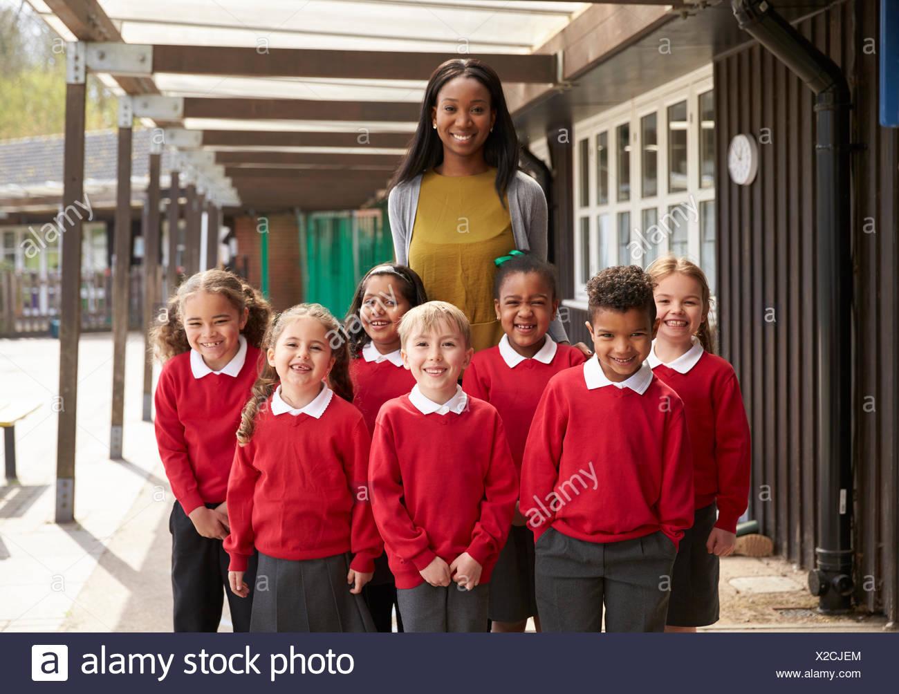 Portrait d'élèves du palier élémentaire et enseignant en jeu pour enfants Photo Stock
