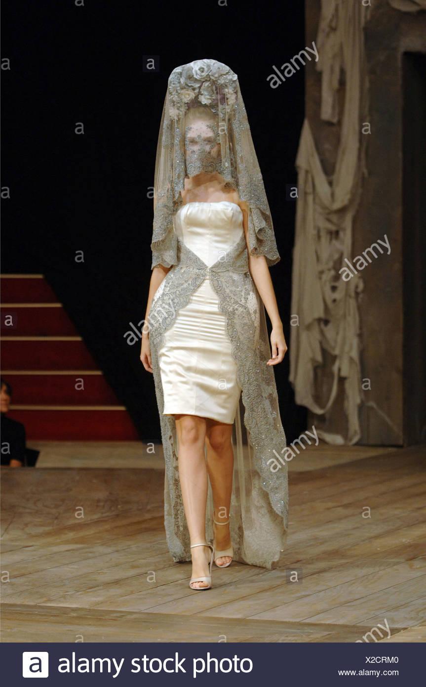 99b43e1a5516 McQueen Paris Prêt à Porter Printemps Été Anna Barsukova Modèle cheveux  blonds portant une coiffe de