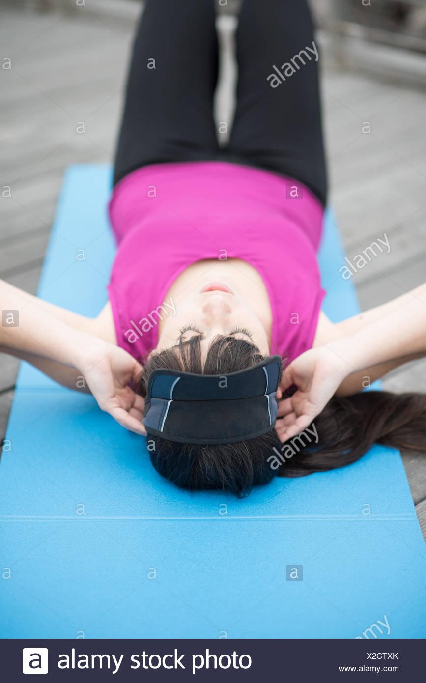 Jeune femme couchée faisant reposer-se lève Photo Stock