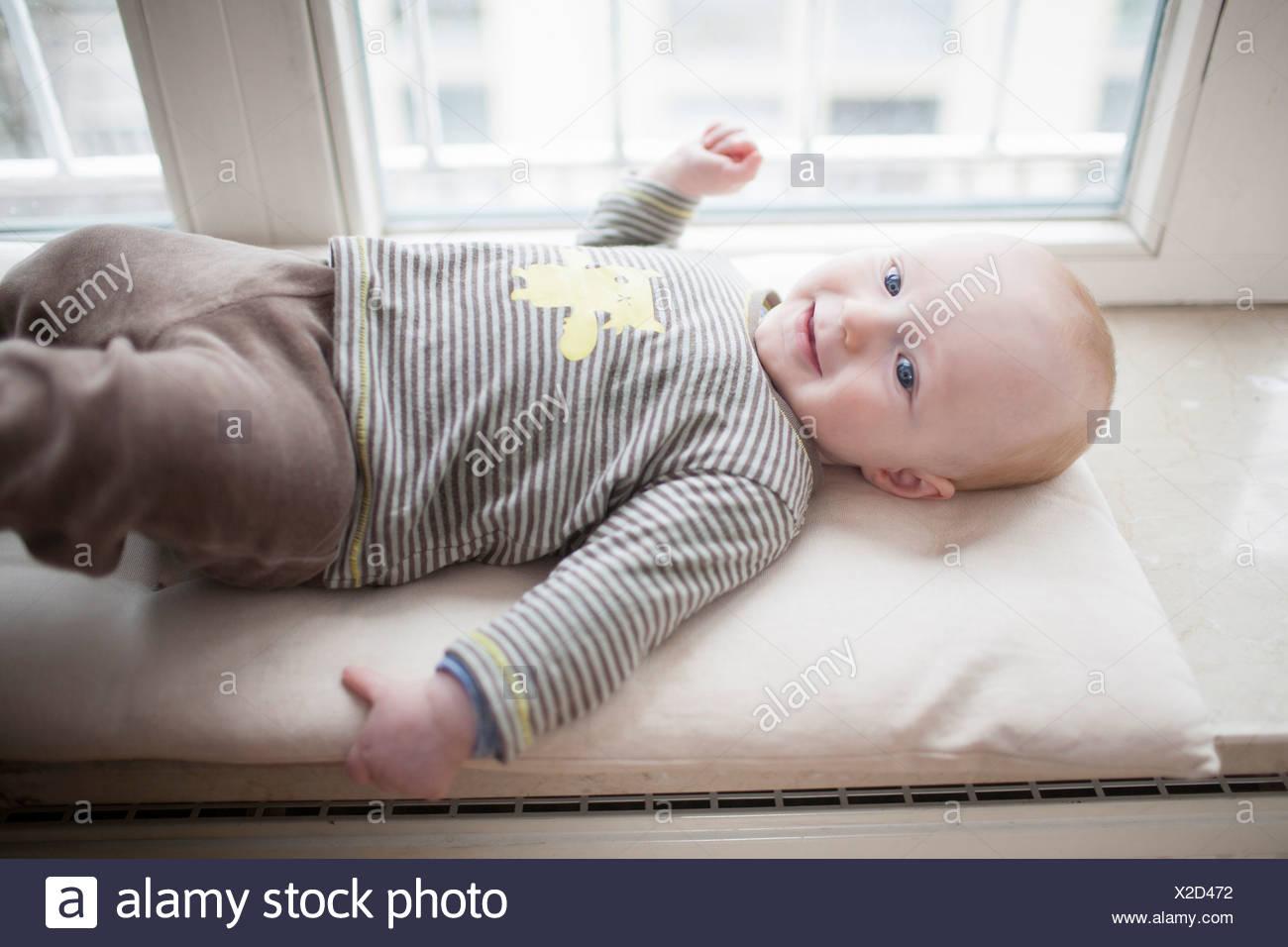 Bébé garçon allongé sur le dos, Munich, Bavière, Allemagne Photo Stock