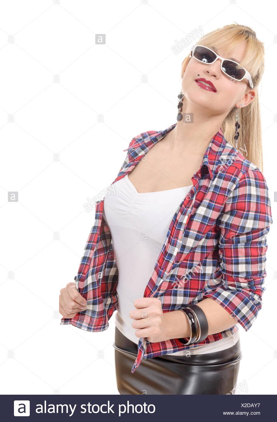 fb58be5eba4 Belle jeune femme enveloppée dans une chemise et jupe en cuir Photo Stock