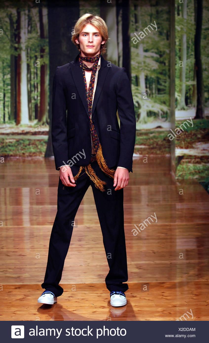 9a47f7c3248 D G Homme Milan S S Homme portant costume bleu marine et foulard skinny  long floand bois réglage forrest