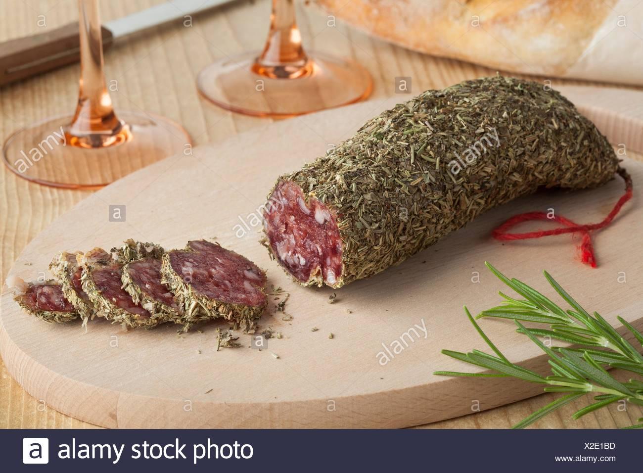 Saucisse française couverte de romarin séché. Photo Stock