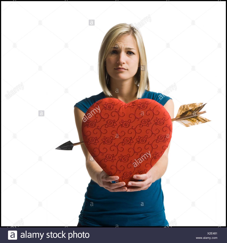 Femme tenant un énorme cœur rouge Banque D'Images