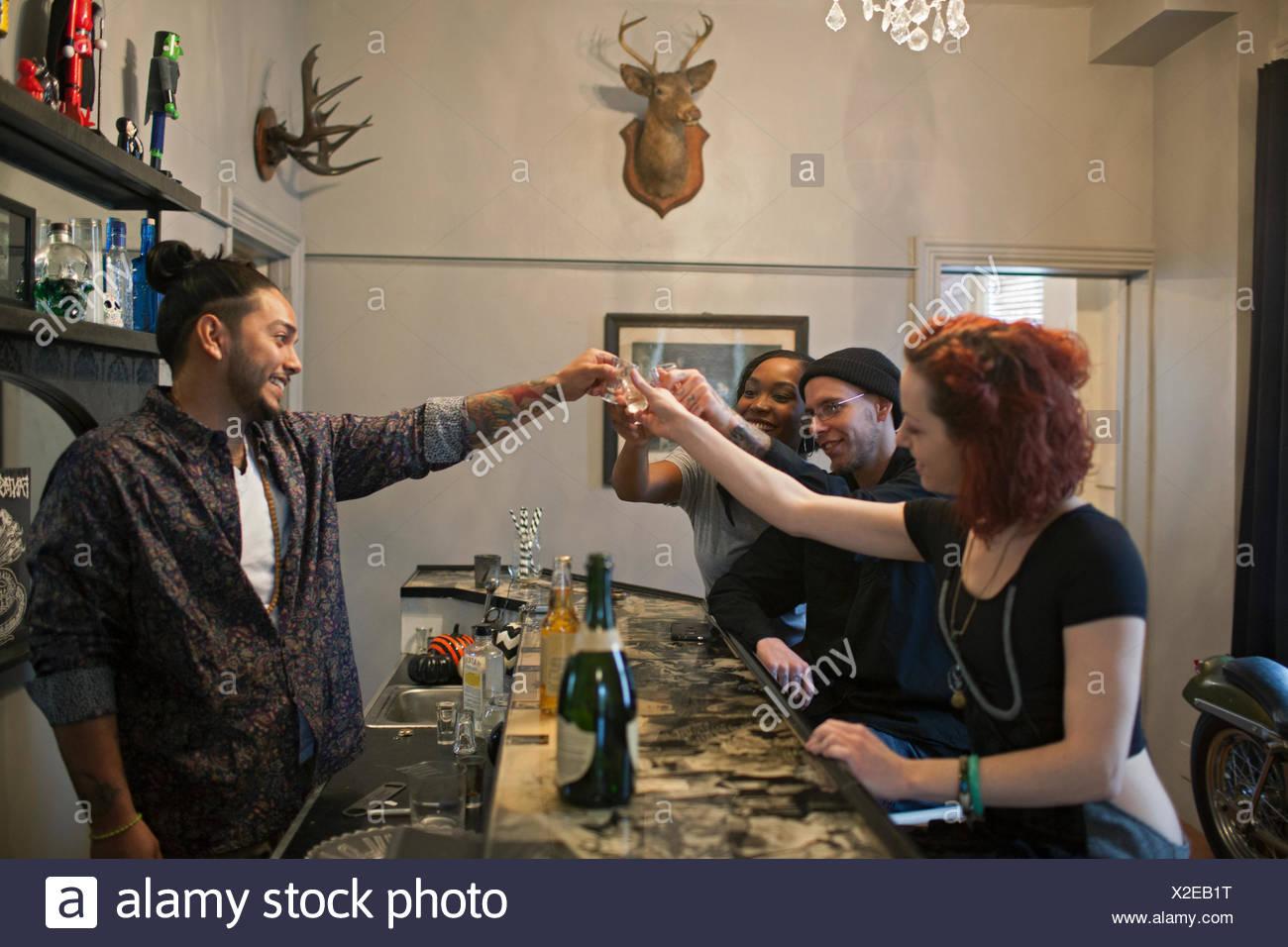 Groupe d'amis dans un bar. Photo Stock