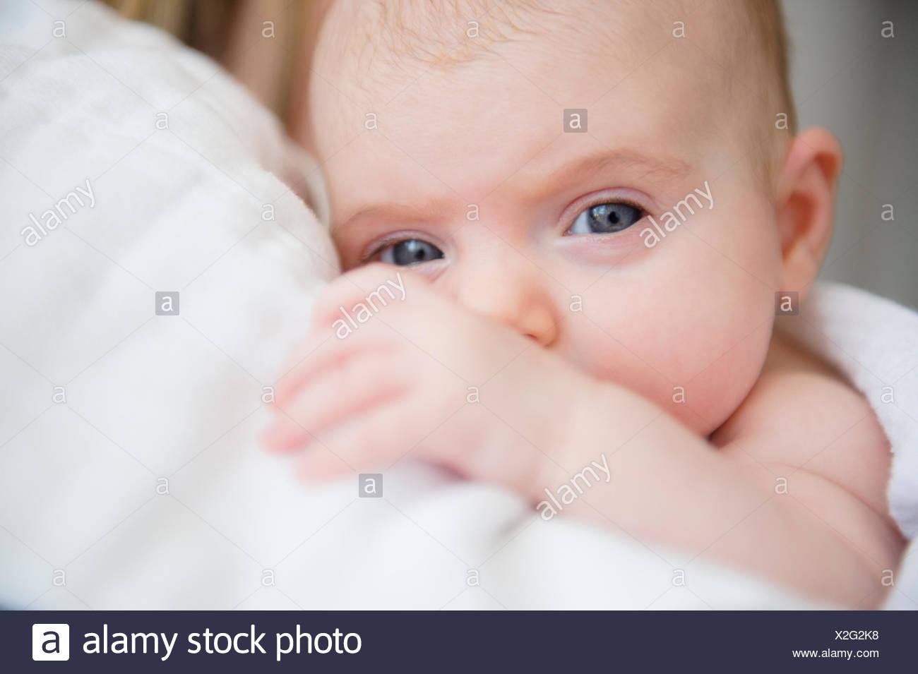 Portrait of baby girl (2-5 mois) dans les bras de mère Photo Stock