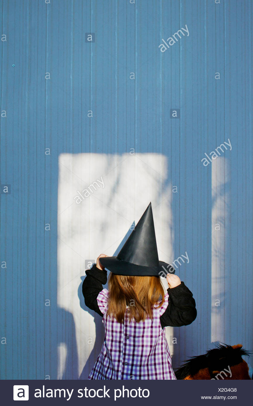 Girl (4-5) wearing costume de sorcière à Eastertime Photo Stock