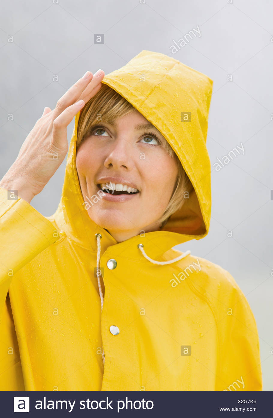 And Manteau Looking Banque Femme Pluie Smiling D De Jaune En Up axxnfq0p