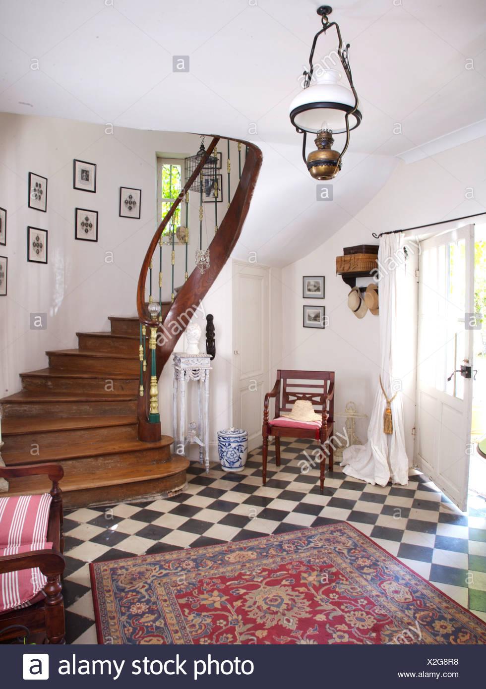Escalier En Chêne Incurvée Et Bannister En Français Pays