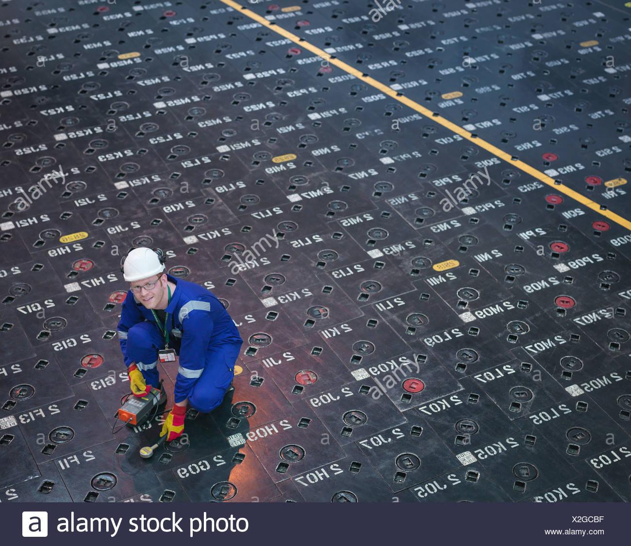 À l'aide de capteurs à l'ingénieur du pieu en centrale nucléaire, portrait Photo Stock