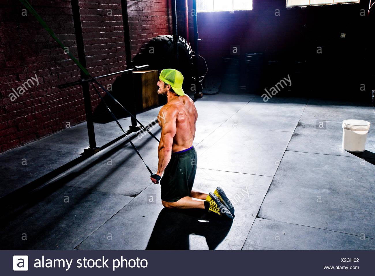 Un athlète crossfit l'élaboration avec bandes de résistance. Photo Stock