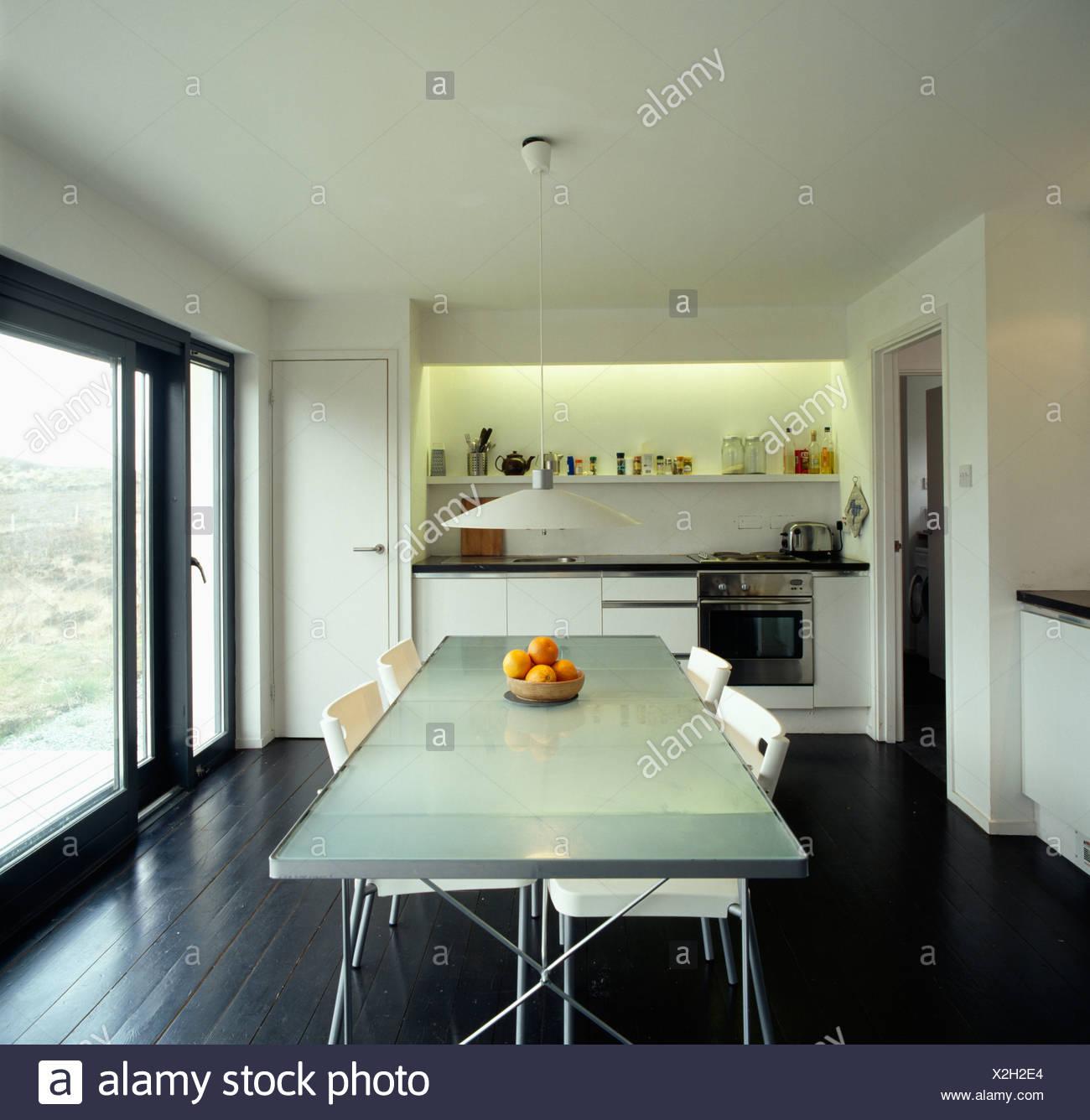 Chaises Blanc Recouvert De Verre Opaque à Table Dans Une Cuisine