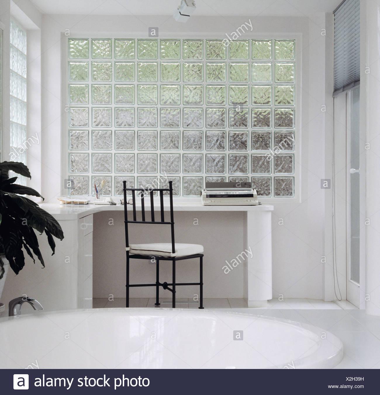 Intérieur avec monochromatique mur de briques de verre ...