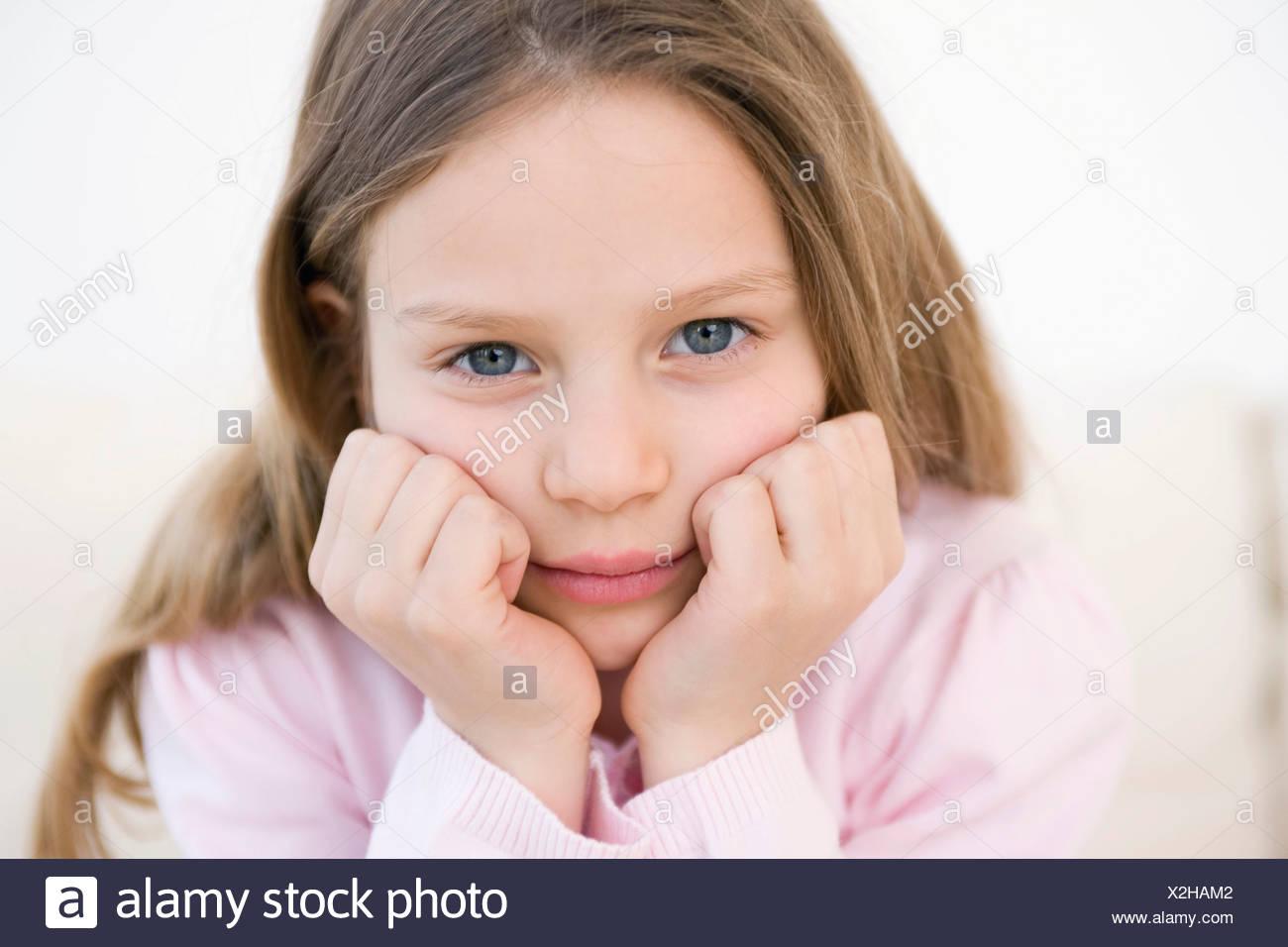 Girl Portrait tête avec ses mains, studio shot Photo Stock