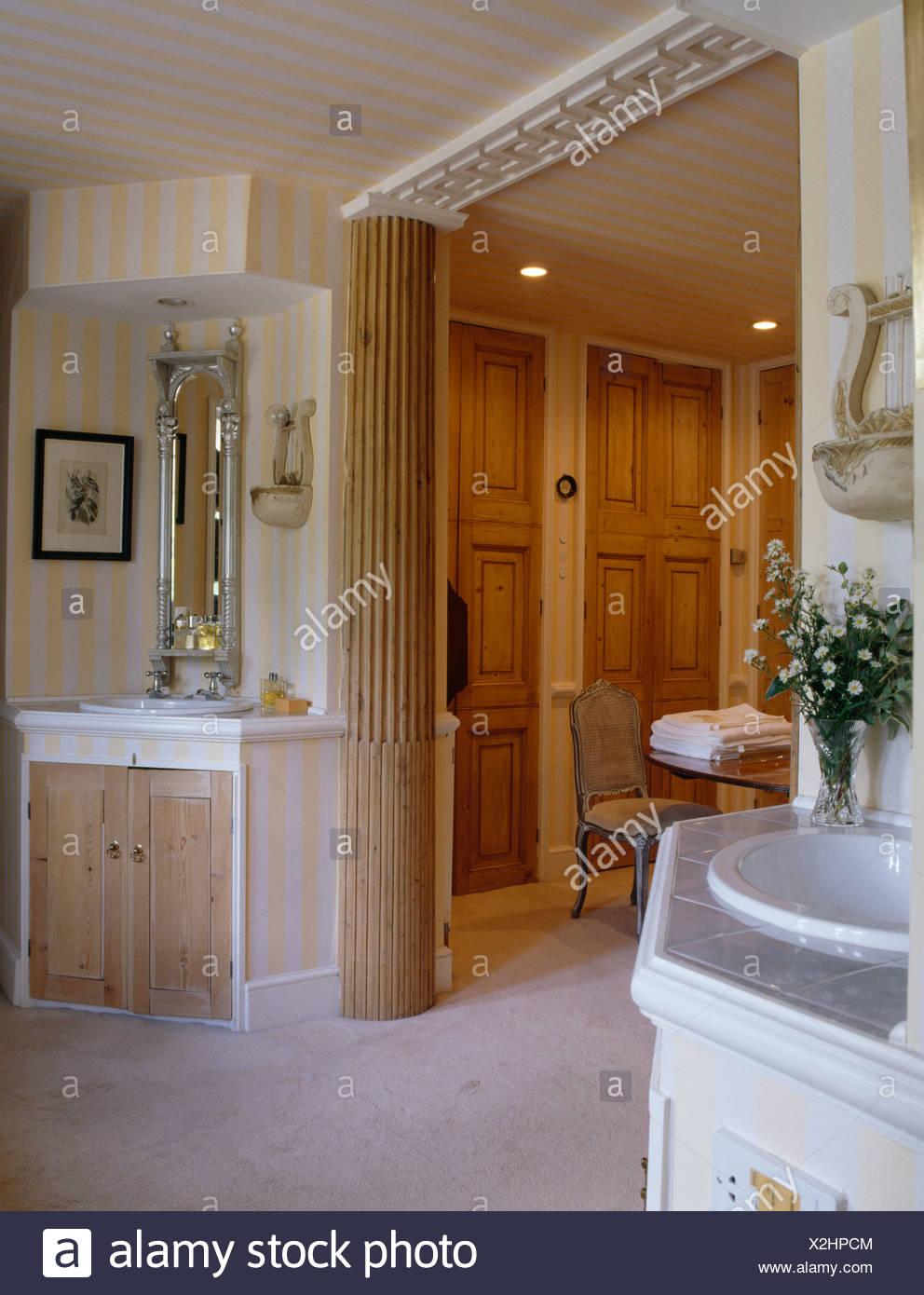 Support en bois cannelé et pilier jaune à rayures en papier peint ...