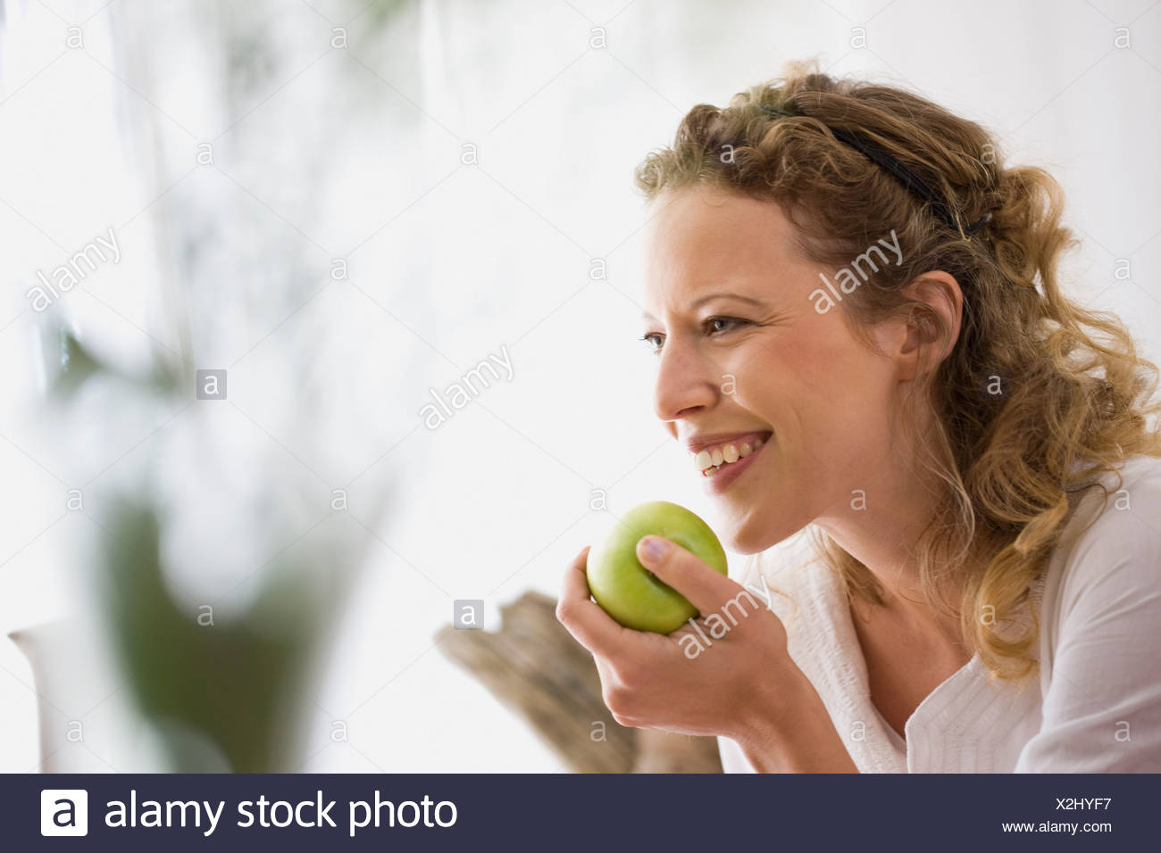 Middle-aged woman eating a apple Banque D'Images