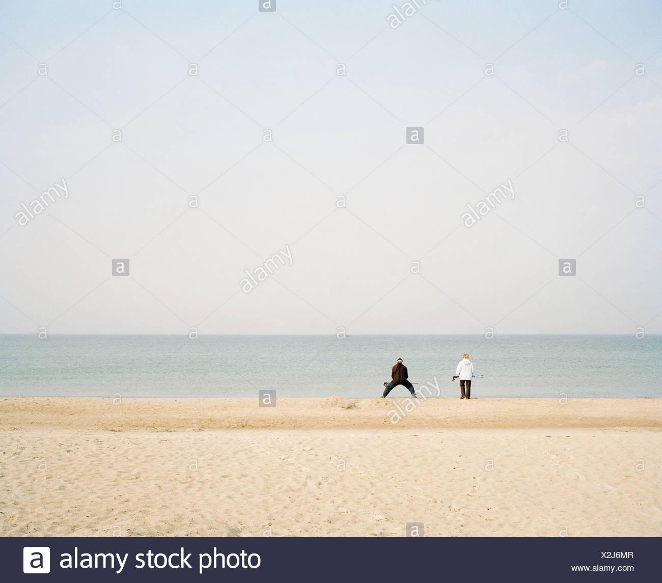Une plage de la mer Baltique [Allemagne] avec deux personnes méconnaissable dans la distance Photo Stock
