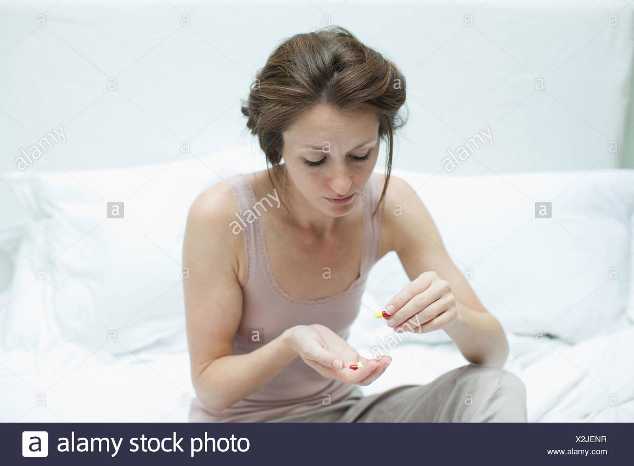 Woman holding pills et les compter Photo Stock