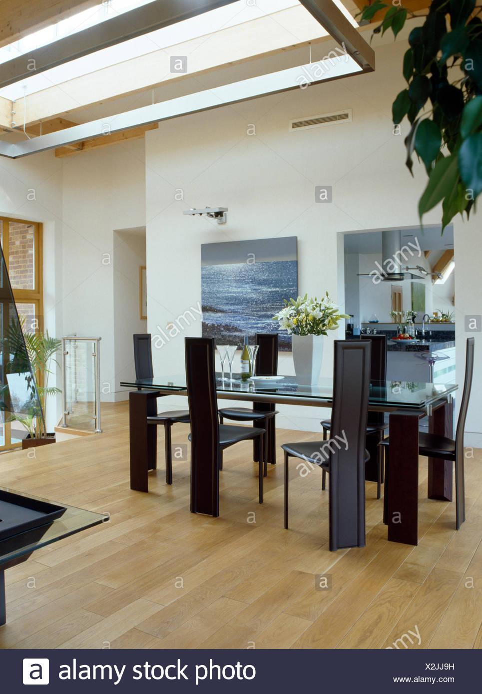 Tall-retour chaises table en verre moderne dans la salle à ...