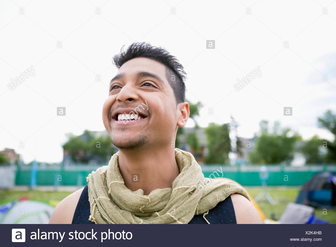 Portrait jeune homme enthousiaste wearing scarf looking up Photo Stock