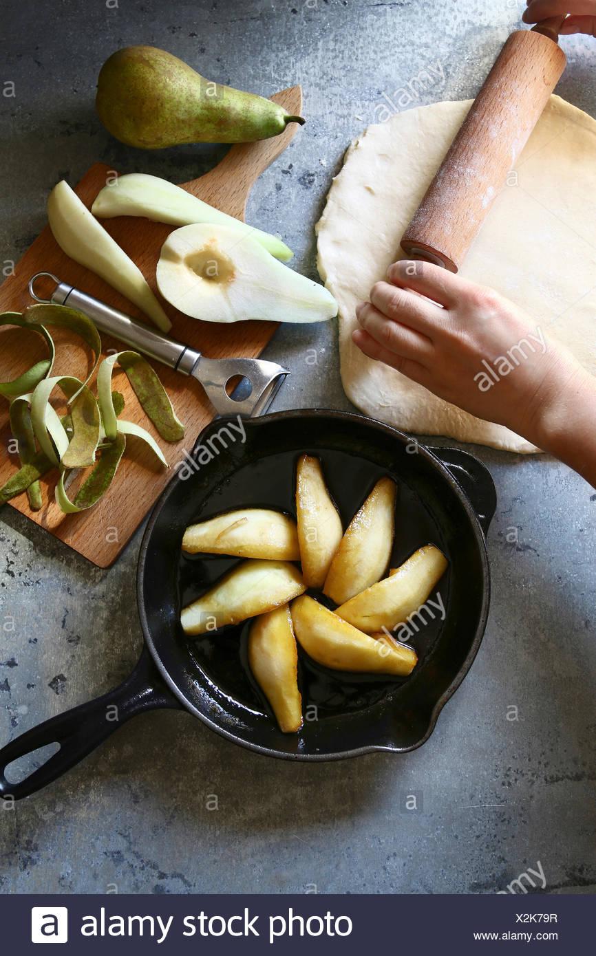 La préparation de la tarte tatin de poire.vue d'en haut Photo Stock