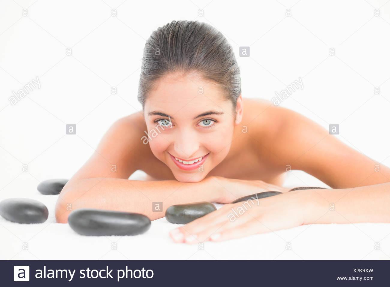 Pretty woman enjoying située à proximité des pierres chaudes Banque D'Images