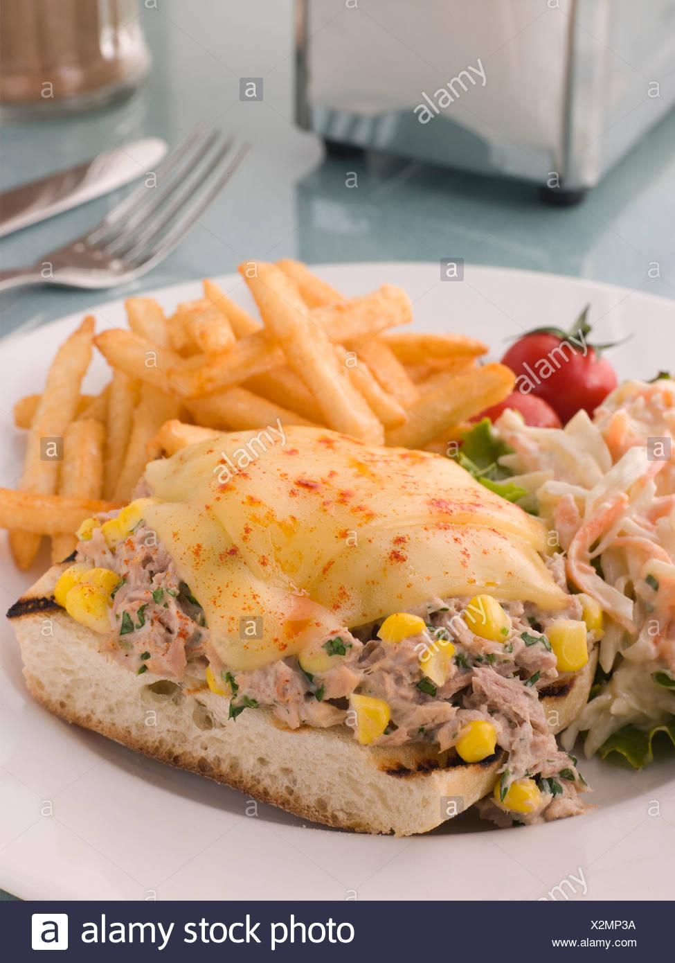 Ouvrir le thon et le maïs doux fondre avec la salade de chou et frites Banque D'Images