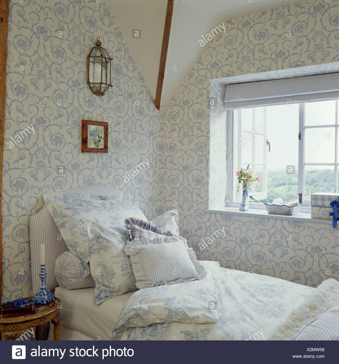Papier Peint Chambre Mansardée papier peint à fleurs blanc +bleu en chalet une chambre