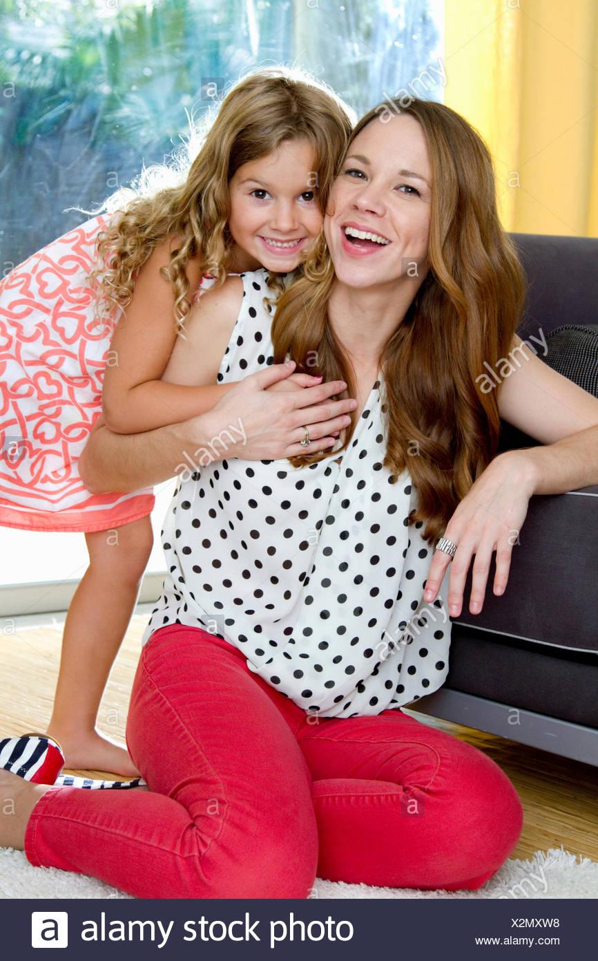 Portrait of mid adult mother and daughter le partage d'un câlin Photo Stock