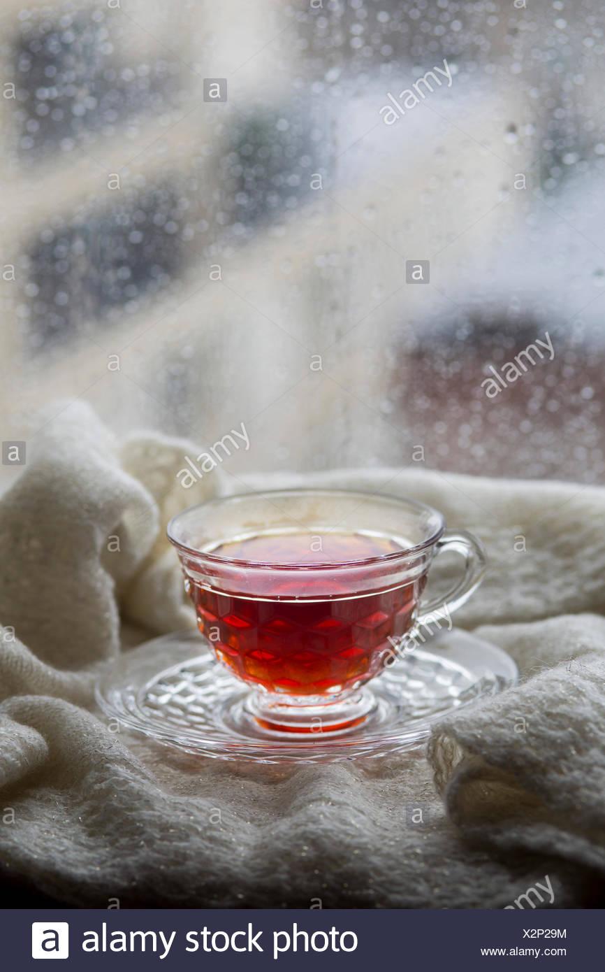 Thé dans une fenêtre des pluies Photo Stock