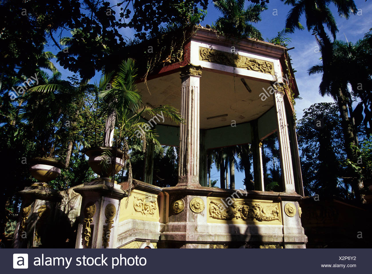 Scène en plein air dans un parc, typique kiosko dans le Balvanero Parque Vargas Molina, Puerto Limon, Caraïbes, Costa Rica, Central Ame Banque D'Images