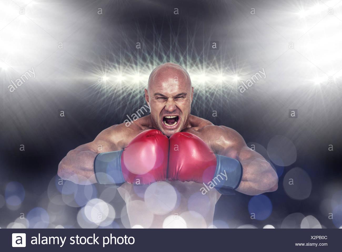Image composite du boxeur agressif flexing muscles Photo Stock