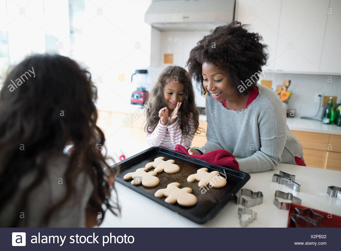 Mère et filles baking christmas gingerbread cookies in kitchen Photo Stock