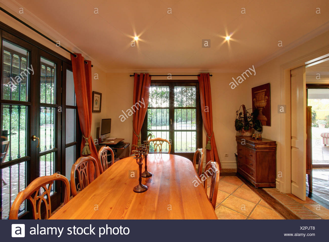 Chaises en bois clair table ovale et chaises dans une salle à manger ...