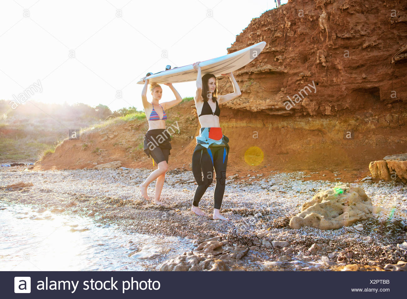 Les surfers carrying surfboard Photo Stock