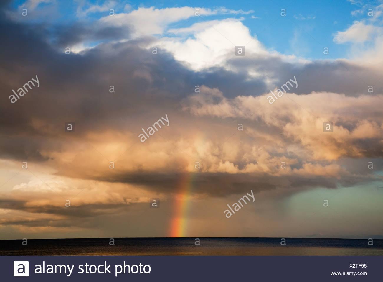 Arc-en-ciel sur l'horizon; Roches Point, comté de Cork, Irlande Photo Stock