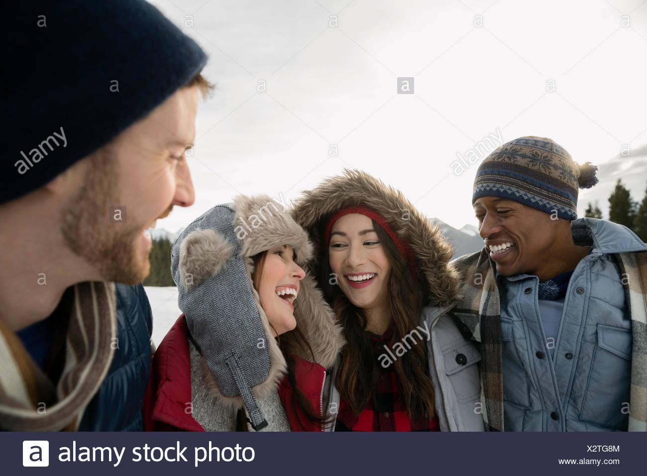 Des couples dans des vêtements chauds laughing outdoors Photo Stock