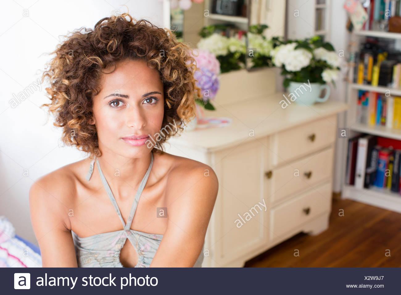 Femme assise dans la chambre Photo Stock