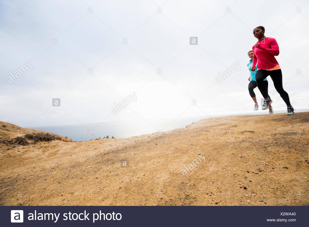 Deux femmes fitness jogging le long de la côte Photo Stock