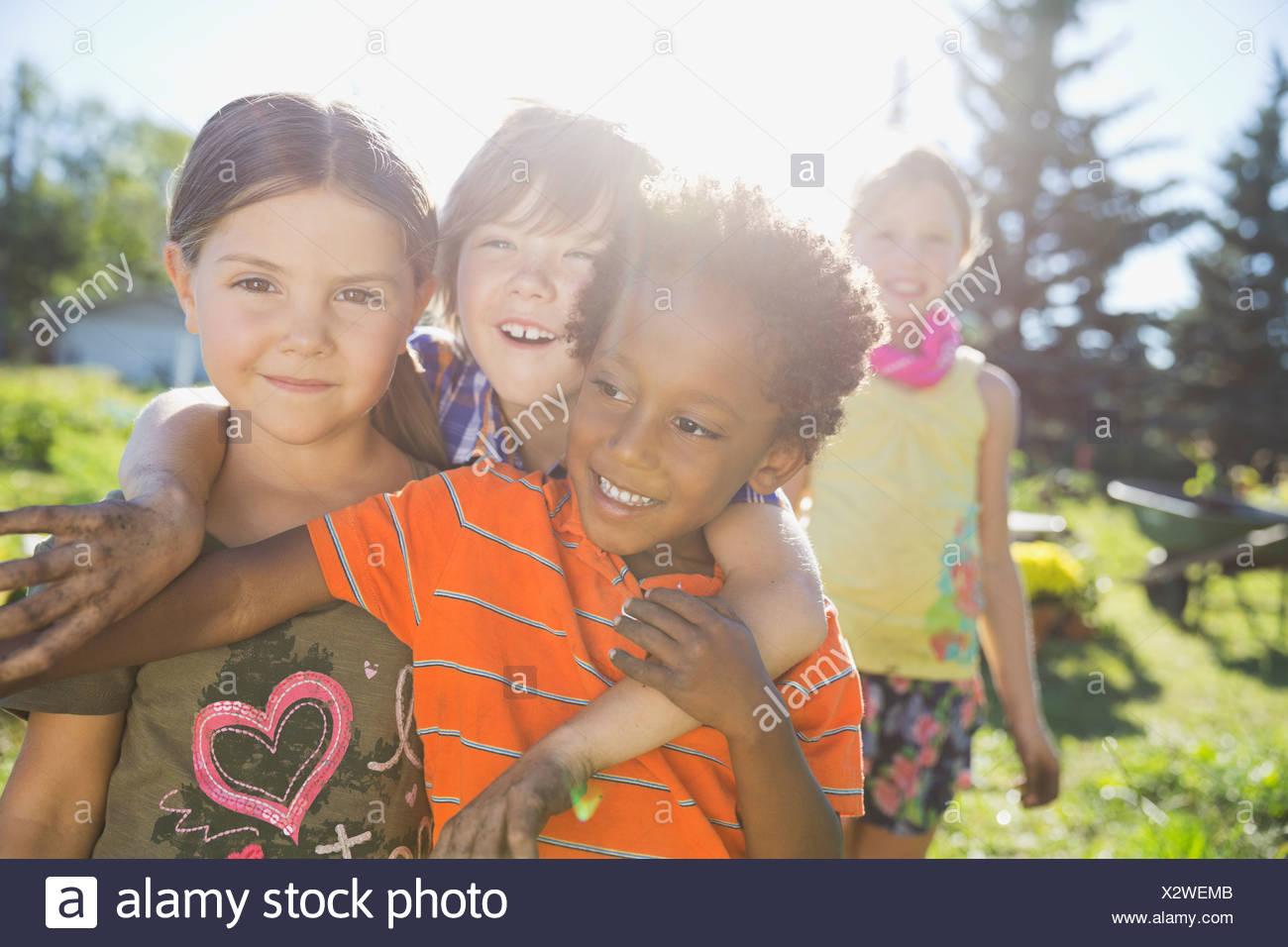 Les enfants dans le jardin de la communauté ludique Photo Stock