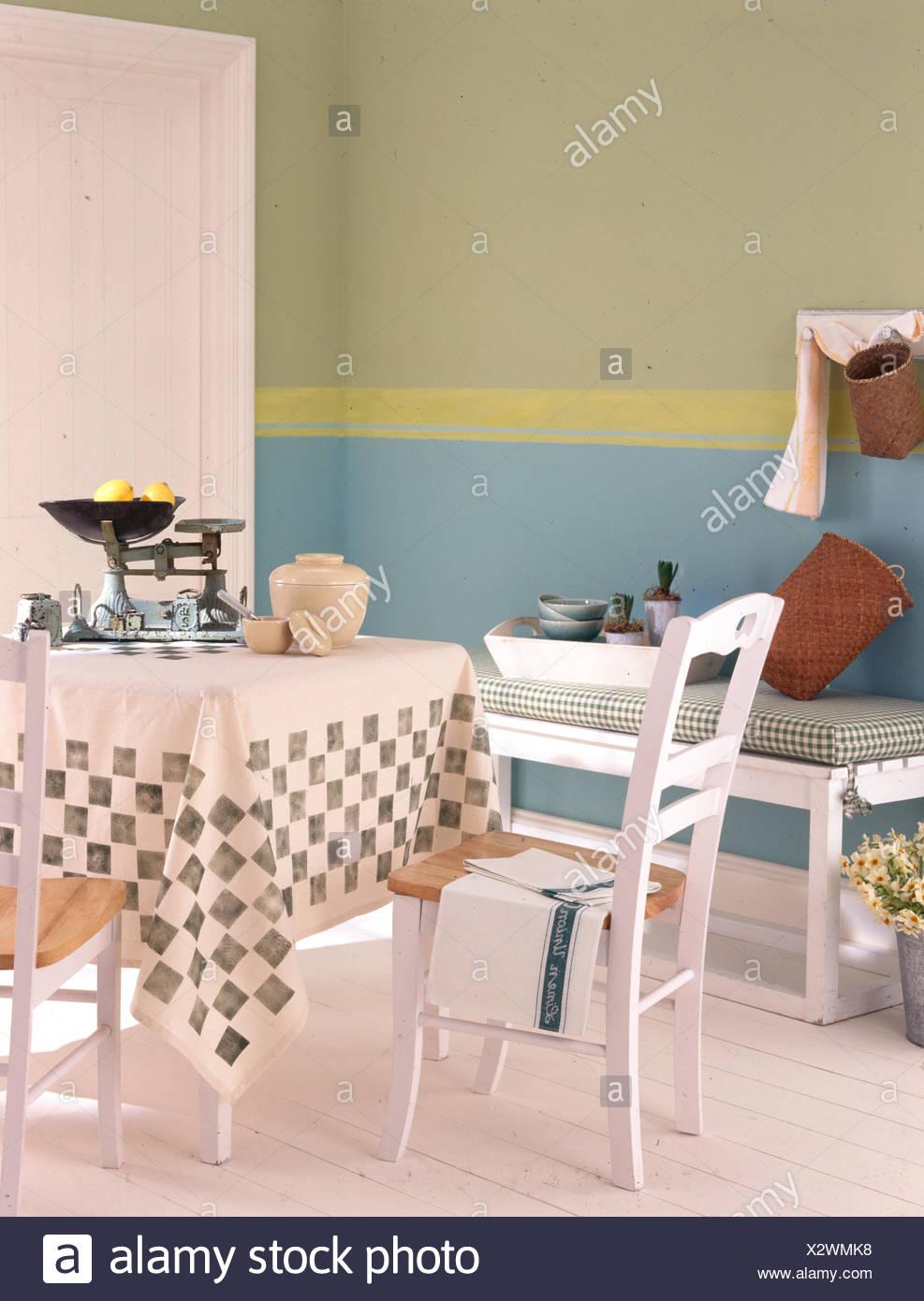 Salle à Manger Avec Marbre Peint En Blanc Au Pochoir Et Tapis De Table