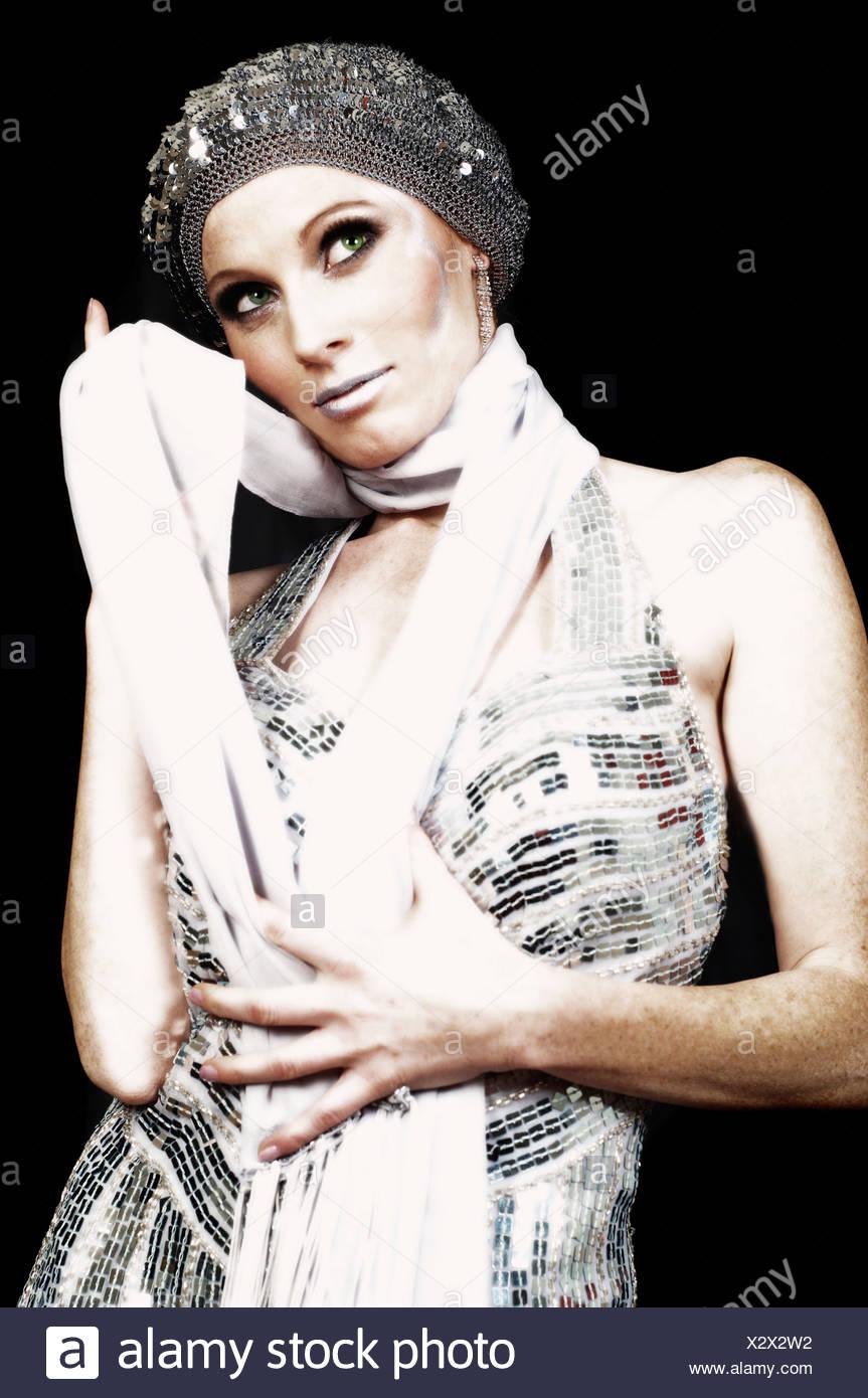 Jeune femme portant robe de soirée argent avec bonnet et écharpe ... 55fb2eba6d9d