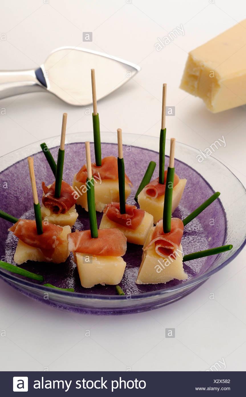 Jambon Serrano, parmesan et ciboulette bouchées apéritifs Photo Stock